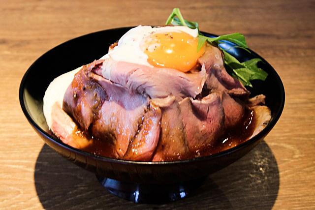 千成亭の美味しさを知らしめる人気の逸品、ローストビーフ